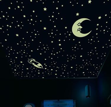 foto de una habitación con motivos nocturnos como estrellitas y una luna