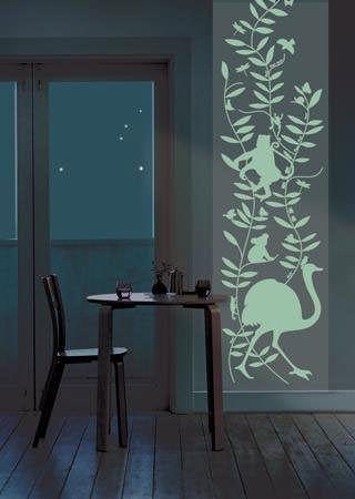 cocina con un fondo en stencil pintado con pintura fotoluminiscente de Cadence
