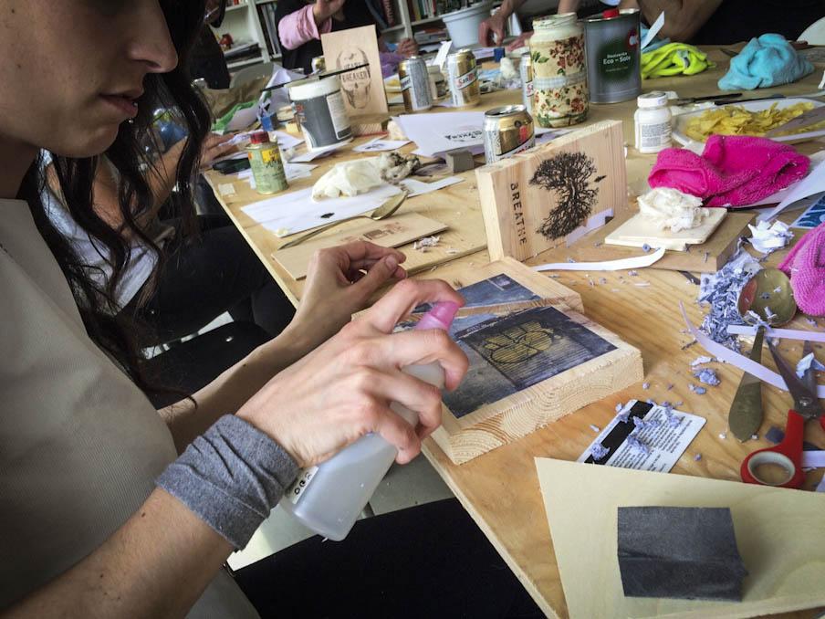 pulverizando-transferencia-de-imagen-sobre-madera