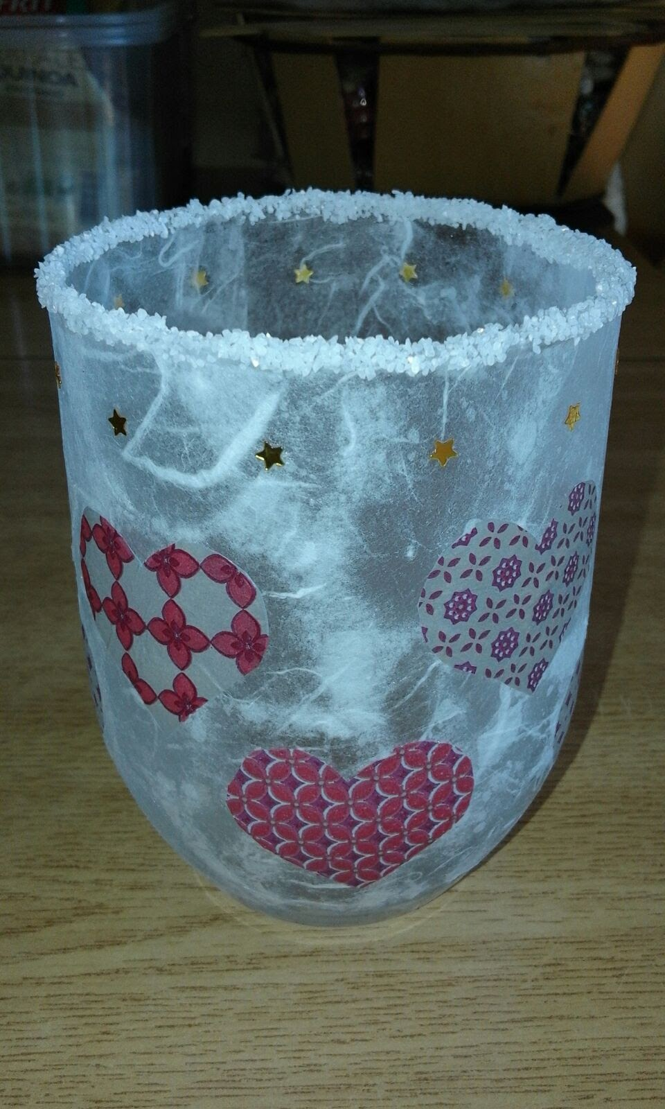 Vaso de vidrio trabajado con técnica de decoupage y diseños de corazones