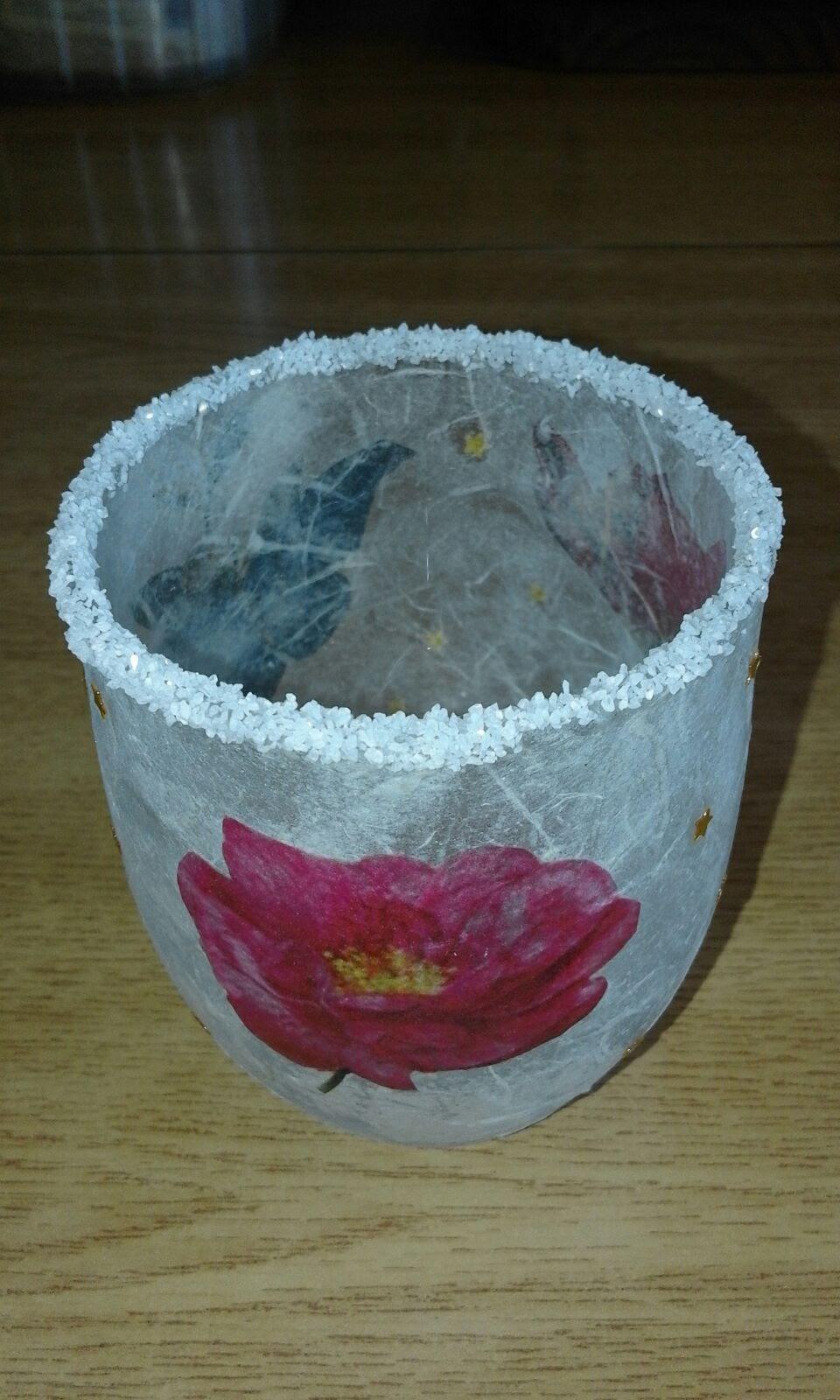 Vaso de vidrio decorado con técnica de decoupage con dibujo de flor